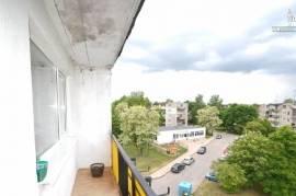 Parduodamas tvarkingas 3-jų kambarių butas Žirmūnuose. 2 kambariai izoliuoti, svetainė pereinama. Yr