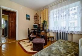 Parduodamas erdvus namas su 2 garažais, 2 šiltnamiais, pirtele bei rūsyje įrengta senovinių daiktų e