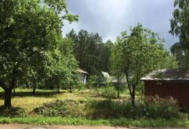 Parduodamas gražioje vietovėje šalia miško 6,3 arų sklypas su sodo namu.\n\nAdresas: Kelmijos sodų 7