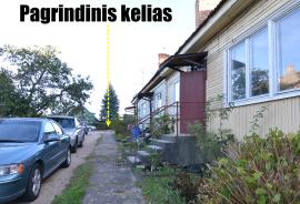 Parduodamas 3-jų izoliuotų kambarių butas mediniame name su ūkiniu mūriniu pastatu Grigiškėse, Lentvario