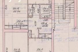 Antakalnio gatvėje keturaukščio mūrinio namo pirmame aukšte parduodamas 3 kambarių (75,17 kv. m) but