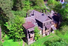50 a sklypas su renovuotinu namu